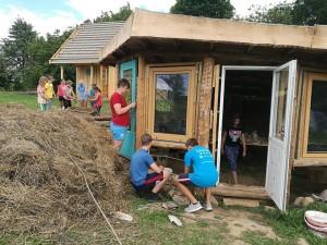 Vaikai drebia molio namą. Gervių lizdas